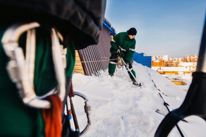 Lume lükkamine katuselt
